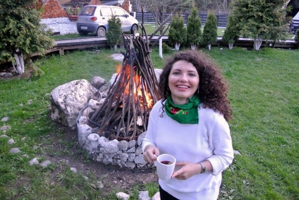 foc de tabara si vin fiert la hanul oierului